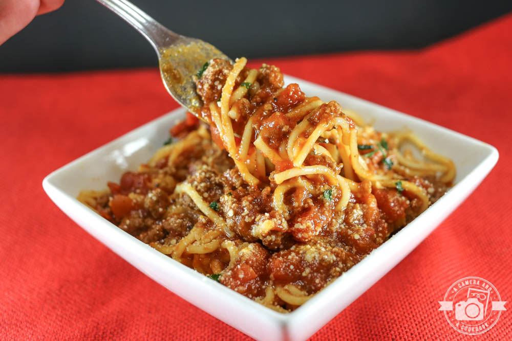 Instant Pot Spaghetti - Need something to whip up for dinner in less than 30 minutes? Need to dust off your Instant Pot? Here's a super yummy Instant Pot Spaghetti recipe that everyone will love!